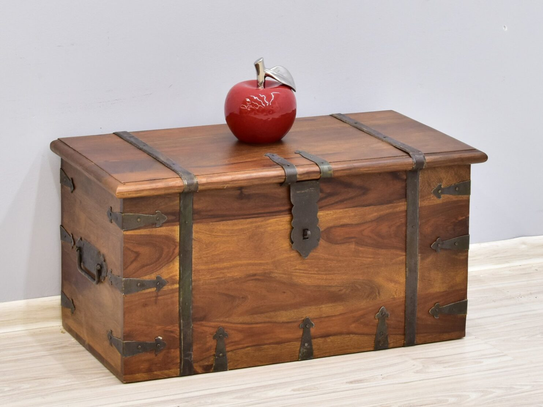 Kufer kolonialny lite drewno palisander indyjski widoczne słoje metalowe okucia jasny brąz