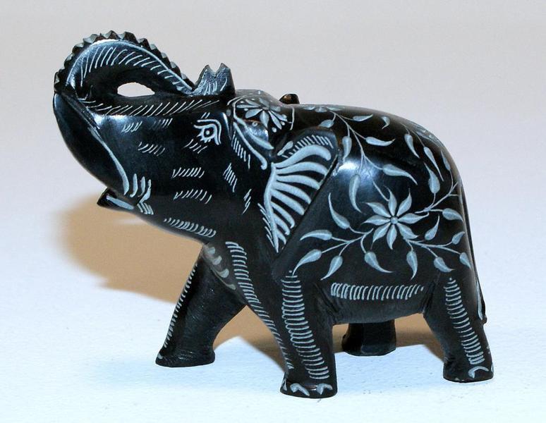 Figurka slonia indyjskiego z kamienia