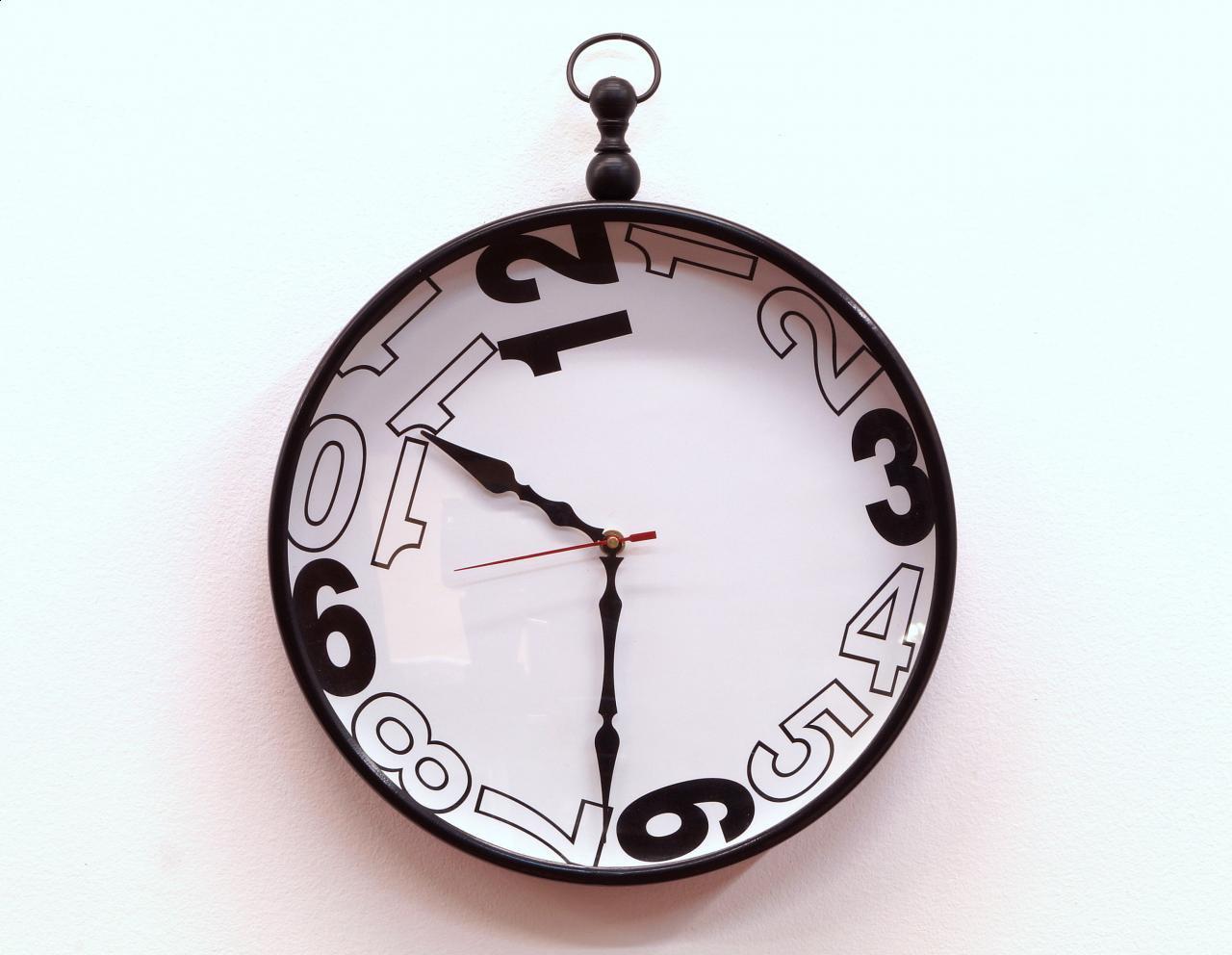 Zegar ścienny czarno-biały eklektyczny
