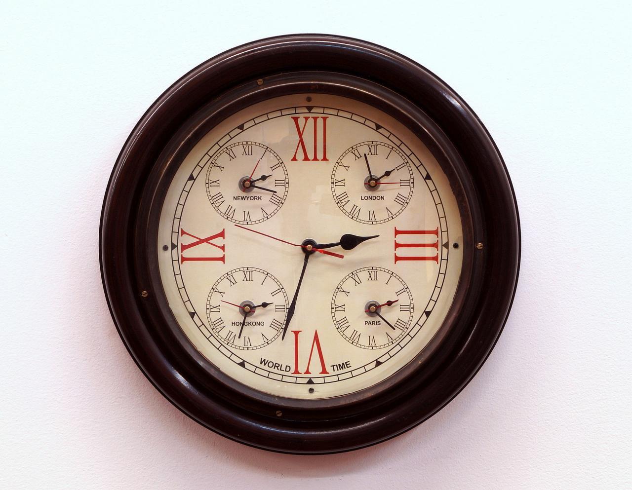 Zegar ścienny okrągły drewniana rama rzymskie cyfry dodatkowo 4 strefy czasowe
