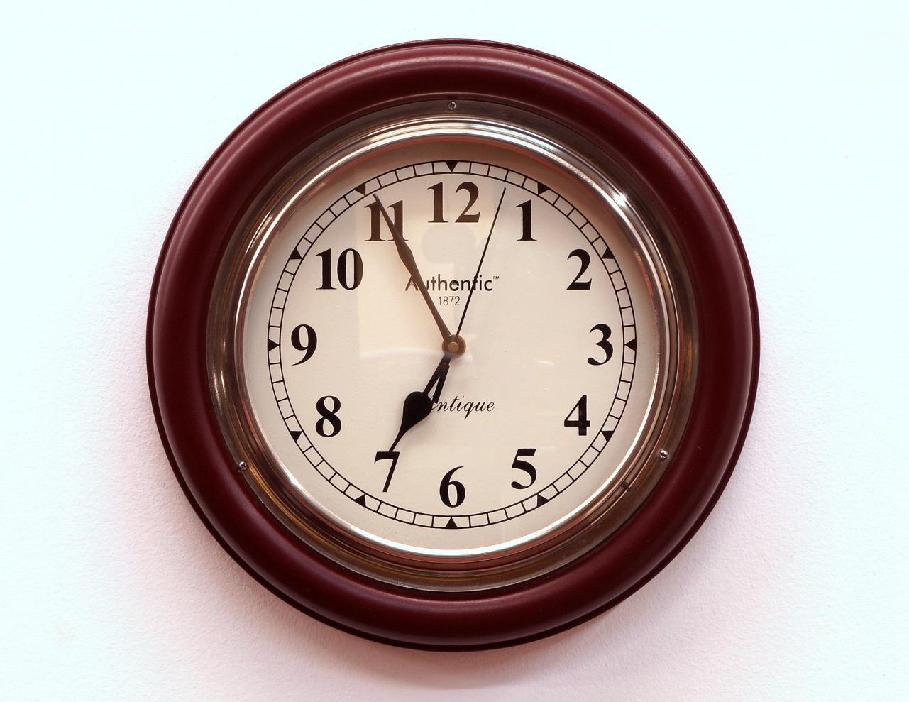 Zegar ścienny okrągły klasyczny drewniana rama metalowa obręcz