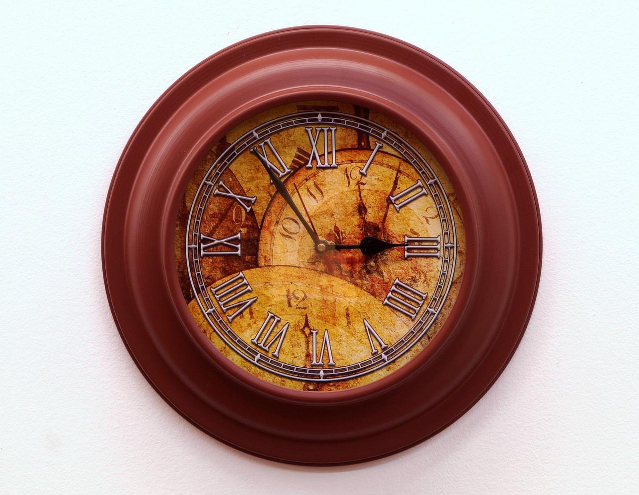 Zegar ścienny okrągły metalowa rama dekorowany cyferblat rzymskie cyfry