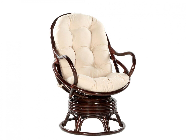 Fotel bujano-obrotowy z rattanu w ciemnym odcieniu brazu