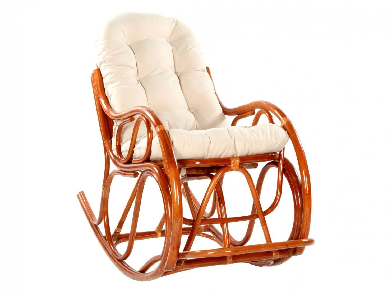 Fotel bujany rattanowy w kolorze koniakowym